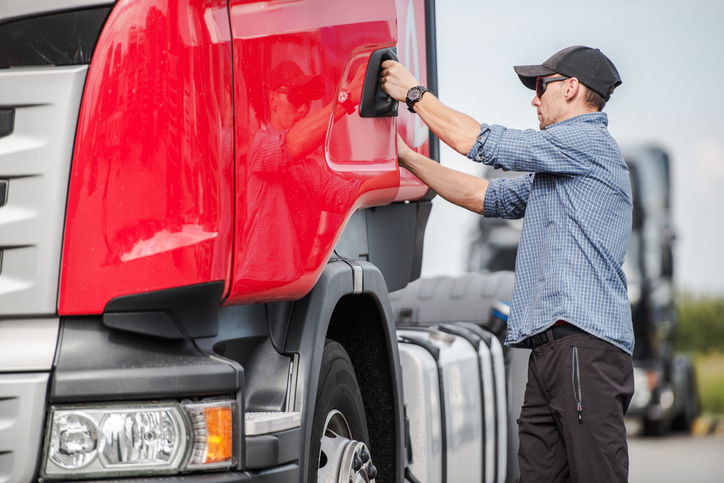 What Is a Weekend Truck Driver and How to Become One Image